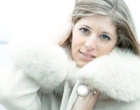 Mulher loura bonita no casaco de pele branco fotografia de stock royalty free
