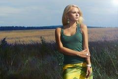 Mulher loura bonita no field.Summer.Flowers imagens de stock