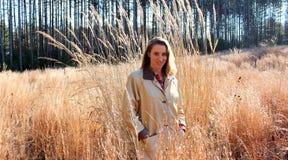 Mulher loura bonita no prado Fotografia de Stock Royalty Free