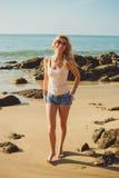 Mulher loura bonita no short e t-shirt no mar Fotos de Stock