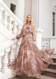 Mulher loura bonita no vestido longo fora Imagens de Stock Royalty Free