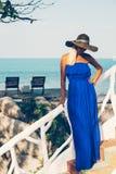 Mulher loura bonita nova na praia Fotos de Stock Royalty Free