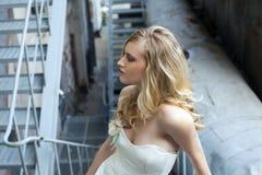Mulher loura bonita nova no vestido nupcial fotografia de stock
