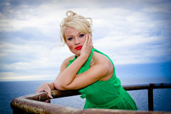 Mulher loura bonita pelo mar Foto de Stock Royalty Free
