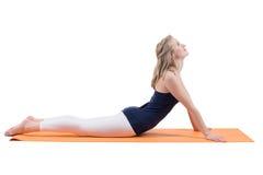 Mulher loura bonita que faz esticando os músculos da parte traseira, pés Imagens de Stock Royalty Free