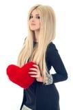 Mulher loura bonita que guarda o coração vermelho Foto de Stock