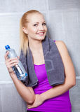 Mulher loura bonita que sorri após o treinamento da aptidão Imagem de Stock