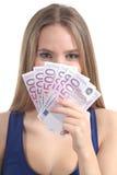 Mulher loura bonita que sorri e que guardara muitas cinco cem euro- cédulas Imagens de Stock Royalty Free