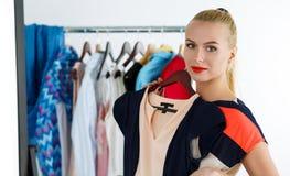 Mulher loura bonita que tenta o vestido novo Fotografia de Stock Royalty Free
