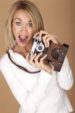 Mulher loura bonita que toma fotografias Fotos de Stock