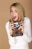 Mulher loura bonita que toma fotografias Fotos de Stock Royalty Free
