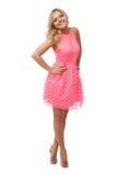 Mulher loura bonita que veste o vestido e sapatas cor-de-rosa Imagem de Stock