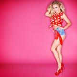 Mulher loura bonita 'sexy' em às bolinhas vermelhos Imagens de Stock Royalty Free