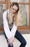 Mulher loura caucasiano apaixonado que levanta fora na cidade contra a placa de janela Foto de Stock