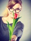 Mulher loura com única tulipa imagens de stock royalty free