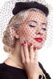 A mulher loura com brilhante compo e pregos vermelhos Imagens de Stock Royalty Free