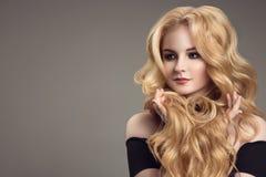 Mulher loura com cabelo bonito encaracolado imagem de stock