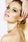 Mulher loura com colar e sorriso Fotografia de Stock