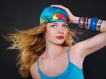A mulher loura com colorido compo Imagem de Stock Royalty Free