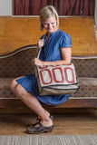 Mulher loura com creme e a bolsa modelada vermelho foto de stock royalty free