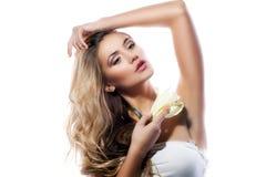 Mulher loura com a flor limpa fresca do pele e o branco do lírio isolada Fotos de Stock