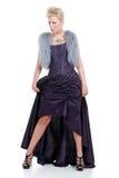 Mulher loura com levantamento roxo da veste e do vestido da pele Fotos de Stock Royalty Free
