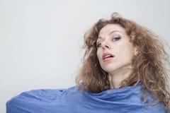 Mulher loura com o retrato azul do lenço Fotografia de Stock