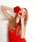 Mulher loura com a rosa do vermelho no estúdio, na menina e na flor Fotografia de Stock Royalty Free