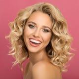 Mulher loura com sorriso bonito encaracolado do cabelo imagem de stock