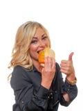 Mulher loura com um sanduíche fotos de stock royalty free