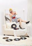 Mulher loura com vinis Fotografia de Stock