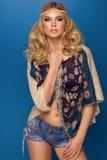 Mulher loura curvy glamoroso Imagem de Stock Royalty Free