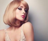 Mulher loura da composição bonita do encanto com penteado curto clos Imagens de Stock
