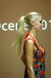 Mulher loura da expo de Lingrie do tráfego de Moscou em um maiô colorido Fim acima Foto de Stock Royalty Free
