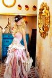 Mulher loura da forma no baroque do vintage imagens de stock