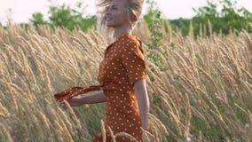 Mulher loura da hippie atrativa do divertimento no campo no por do sol que tem o bom tempo fora Movimento lento Giro fêmea no cam filme