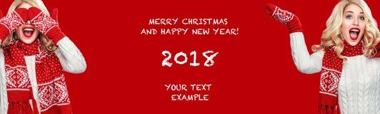 Mulher loura de Beautyful com o presente da caixa de Natal no fundo vermelho imagem de stock royalty free