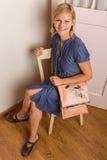 Mulher loura de sorriso com bolsa cor-de-rosa Imagens de Stock