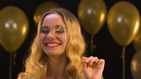 Mulher loura de sorriso com luz de bengal coração-dada forma, celebração do dia de Valentim vídeos de arquivo