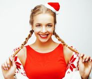 A mulher loura de sorriso consideravelmente feliz dos jovens no Natal no chapéu vermelho e no feriado de Santa decorou a manta, p Fotografia de Stock