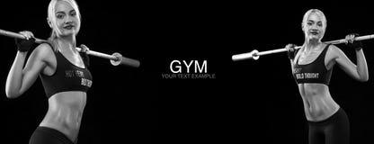 Mulher loura desportiva e apta com peso que exercita no fundo preto para ficar apto Motivação do exercício e da aptidão imagens de stock