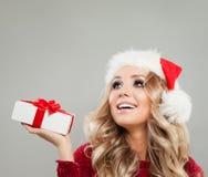 Mulher loura do Natal com a caixa de presente do White Christmas que olha acima imagens de stock royalty free