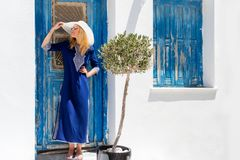 Mulher loura do viajante em uma ilha nos Cyclades fotografia de stock
