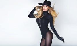 Mulher loura elegante no chapéu imagens de stock