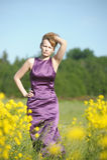 Mulher loura em um vestido roxo Fotos de Stock