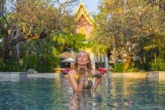 Mulher loura ensolarada bonita na piscina Foto de Stock Royalty Free
