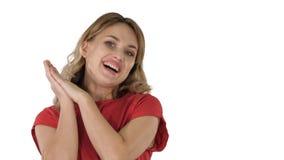 Mulher loura fêmea que fala à câmera que está muito feliz no fundo branco imagens de stock