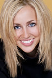 Mulher loura feliz com dentes perfeitos e sorriso Fotos de Stock
