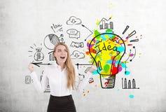 Mulher loura feliz e ícones brilhantes da ideia do negócio Imagens de Stock