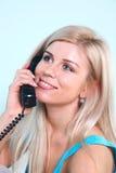 Mulher loura feliz no telefone fotos de stock